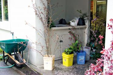 Tools of the trade: a wheelbarrow filled with hot water, an electric tea kettle and freshly cut greens and flowering branches.