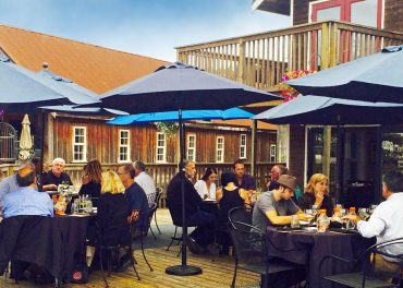 Guests enjoy a summer evening at the Brix 25º wine dinner.