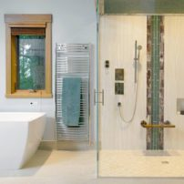 An ICO heated towel bar is accessible from both the shower and the bath tub and adds an extra touch of comfort.