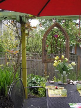 This small garden centers around a colorful eating area size does not matter, the garden is full of surprises. Garden of Ted Hoppin, Bainbridge Island.