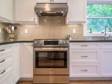 A simple yet elegant glass subway tile backsplash with a contrasting grout for maximum effect