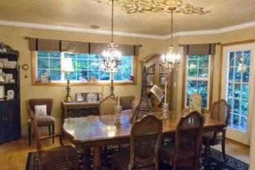Dining room with filigree ceiling