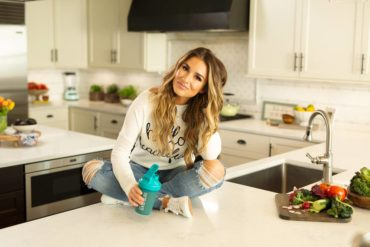 When dining out, Jessie James Decker orders a salad to avoid the bread basket.